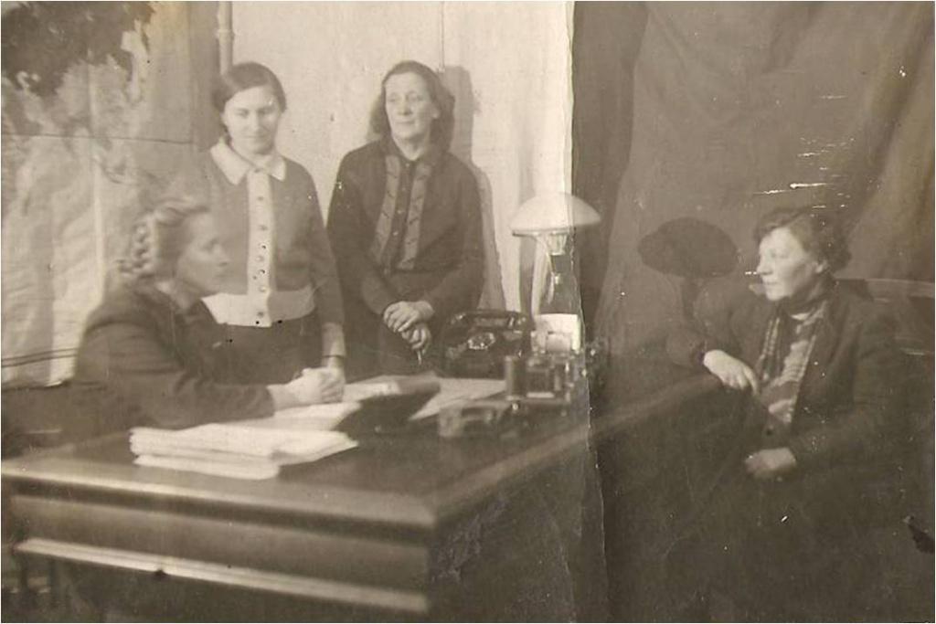 Учителя блокадной школы. Директор школы В.Ф.Любова (за столом,слева).jpg